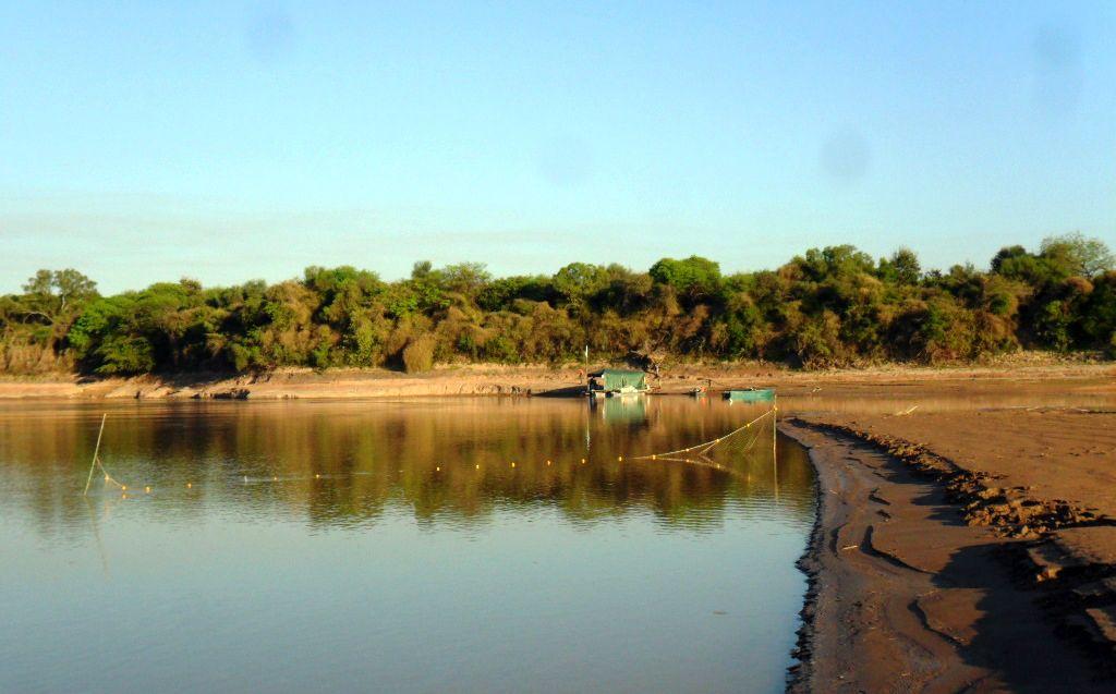 Cazadores/pescadores depredando en la costa del río Bermejo, en septiembre de 2016.